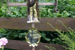 aus Kreuz ist aus Eisen geschmiedet, feuerverzinkt und lackiert, die Christusfigur aus Messingblech getrieben