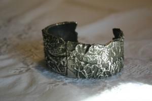 Armspange mit Silber gegossen, Oberflächedekor von Flechten