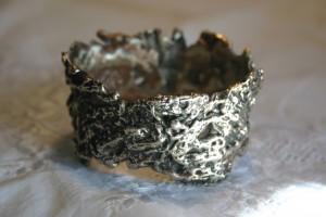 Mit Silber gegossen, Struktur von geätzter Pappe