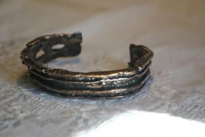 Armspange mit Silber-Kupfer gegossen, Oberfläche von geätzter Pappe