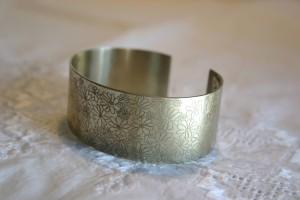 Aus Silberblech gefertigt,  Blütendekor geätzt