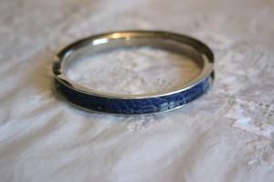 Armreif aus Silber mit eingelegtem blauen Straußbeinleder