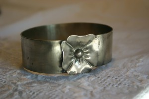 aus Silberblech gefertigt mit Blüte