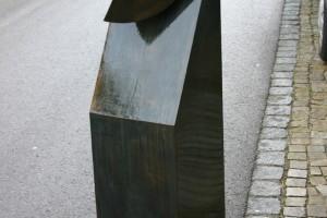 Aus brünirtem und lackiertem Stahlblech geschweißt, Höhe ca 125 cm