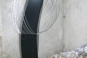 aus lackietem Stahlblech mit  Aludrähten Höhe ca. 120 cm