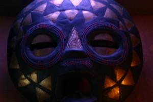 afrikanische Maske vor Farbwechsler