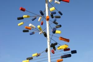 aus Farbwalzen mit Drahstiften in senkrechten Stab befestigt, Höhe ca 250 cm