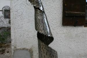 Spirale aus einzelnen, gleich langen Edelstahlbändern zusammengeschweißt Höhe ca 150 cm