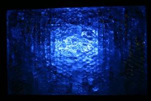 Rahmen aus Stahlblech, mit Epoxydharz verklebte Glasstücke, innen mit Farbwechselbirnen Größe ca. 60 x 40 cm