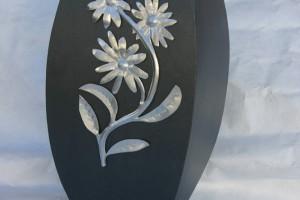 aus lackiertem Stahlblech geschweißt, Aluminiumblume aufgeklebt Höhe ca 70 cm