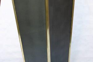 aus Stahlblech geschweißt, lackiert, Füße aus Messingkugeln, Messingleisten als Kantenschutz Höhe ca. 70 cm