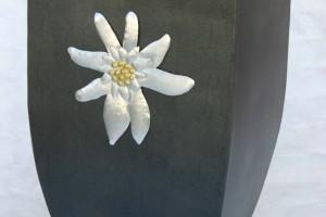 Aus Stahlblech geschweißt, lackiert, mit Aluminiumedelweiß, aufgeklebt Höhe ca. 70 cm