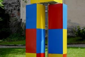 aus lackiertem Aluminiumblech, drehbar gelagert, Sockel Edelstalblech Höhe ca. 170 cm