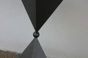aus Stahlblech geschweißt und lackiert, mit Kugel Höhe ca 100 cm