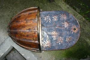 aus Kupferblech und Messing gefertigt, Rückwand mit Blüten, Breite ca 50 cm
