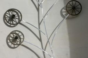 aus alten Holzrädern auf Alustange montiert,  Höhe ca 3 m