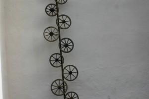 aus alten Holzrädern auf Eisenrohr montiert, Höhe ca 6 m