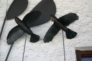 Raben aus gebeiztem Kupferblech gefertigt, auf Edelstahlstange