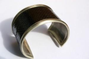 aus Neusilber mit schwarzem Leder