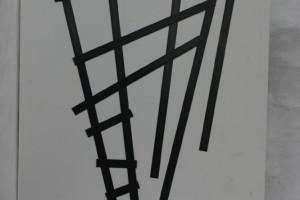 schwarz gebeizte Stahlbänder auf weiß lackiertem Holz Höhe ca. 80 cm
