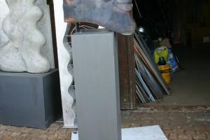Kopf aus Kupfer geschweißt, Sockel aus lackiertem Stahl, Höhe ca 150 cm