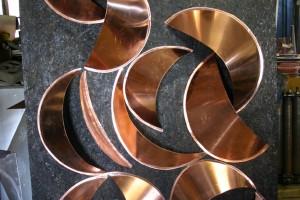 aus Kupferblech gefertigt, auf Trägerplatte geschraubt Höhe ca 200 cm