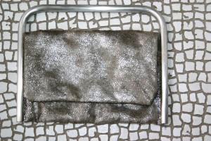 Edelstahlbügel mit Metallic-Stoff